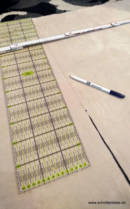 Stoff, der fuer den Loop Schal zugeschnitten wird